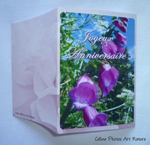 Carte double d`anniversaire avec des fleurs de digitale